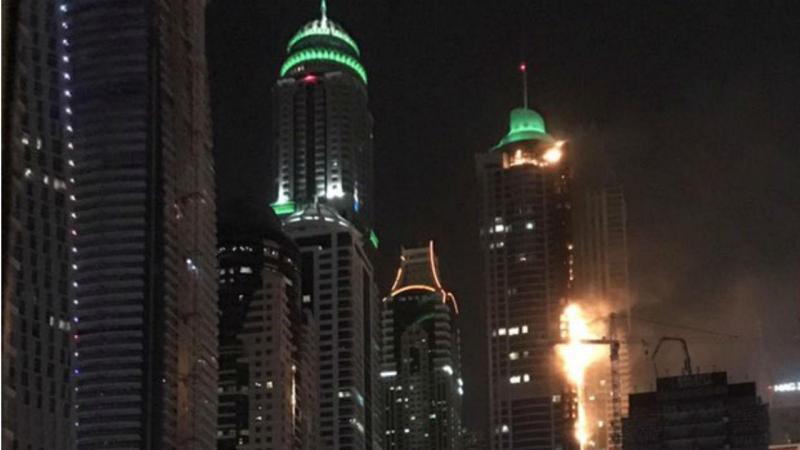 Incêndio queima arranha-céu em Dubai conhecido como 'A Tocha'