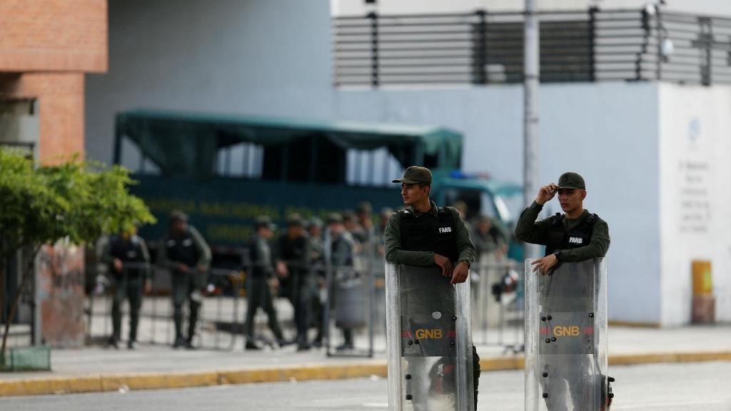 Elementos da Guarda Nacional Bolivariana cercam sede da sede da procuradoria-geral, em Caracas, 5 de agosto 2017