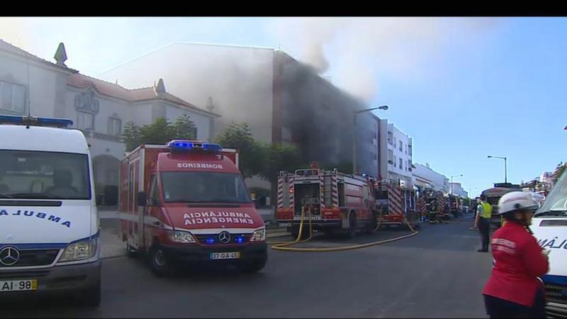 Fumo intenso faz antecipar muitos estragos em prédio de Salvaterra