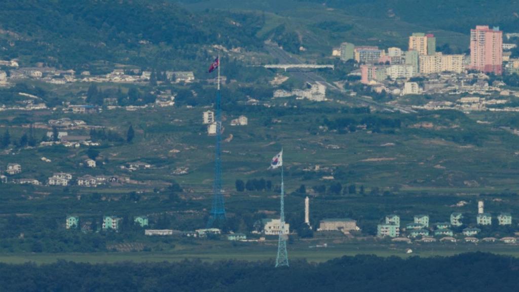 Bandeiras da Coreia do Norte (em Gijungdong) e Coreia do Sul (Paju) junto à fronteira e zona desmilitarizada do paralelo 38
