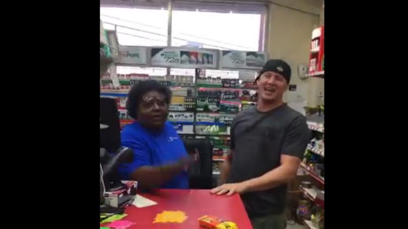 Channing Tatum  com funcionária de bomba de gasolina