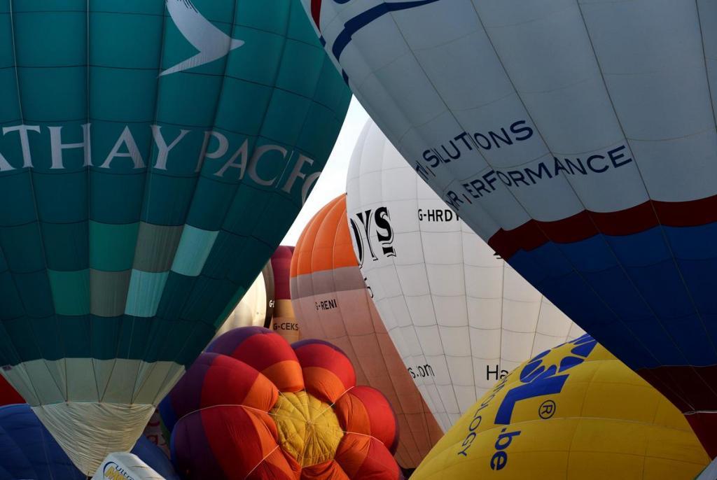 Centenas de balões de ar quente enchem os céus de Bristol