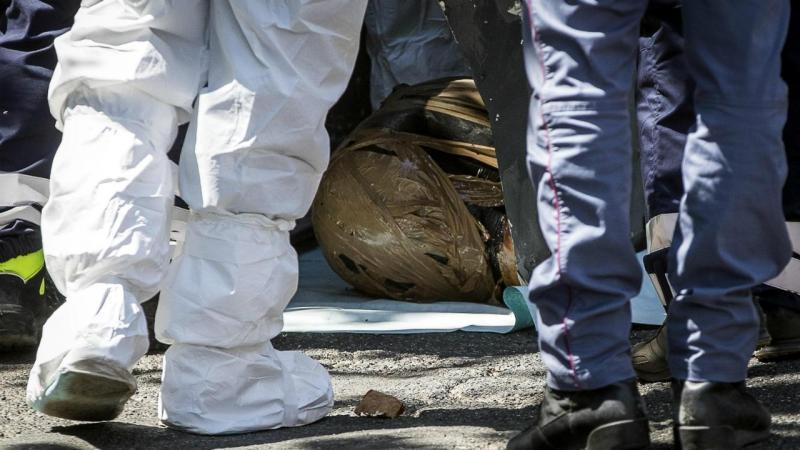 Polícia italiana analisa caixote do lixo onde foi descoberto corpo desmembrado