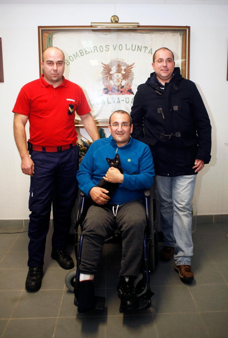 Bombeiros Heróis: Hugo Graça, o chefe Jorge Simão (com a gata Kika), e Nuno Duarte em janeiro de 2017