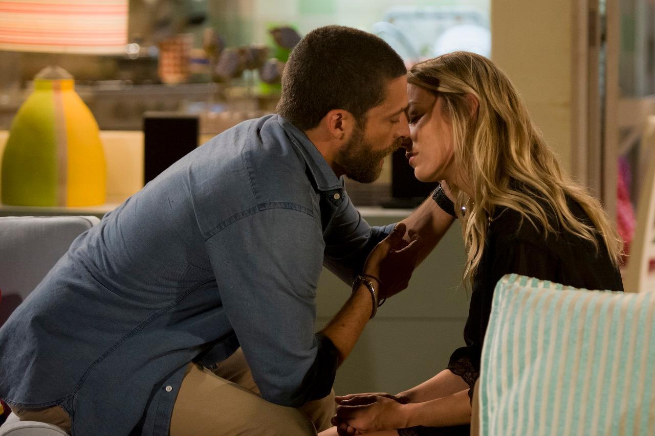 Vem aí: Gustavo e Patrícia beijam-se