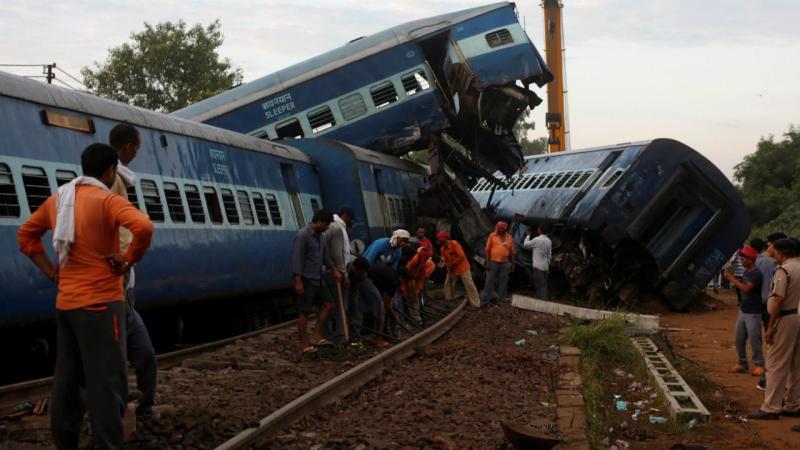 Comboio descarrila na Índia