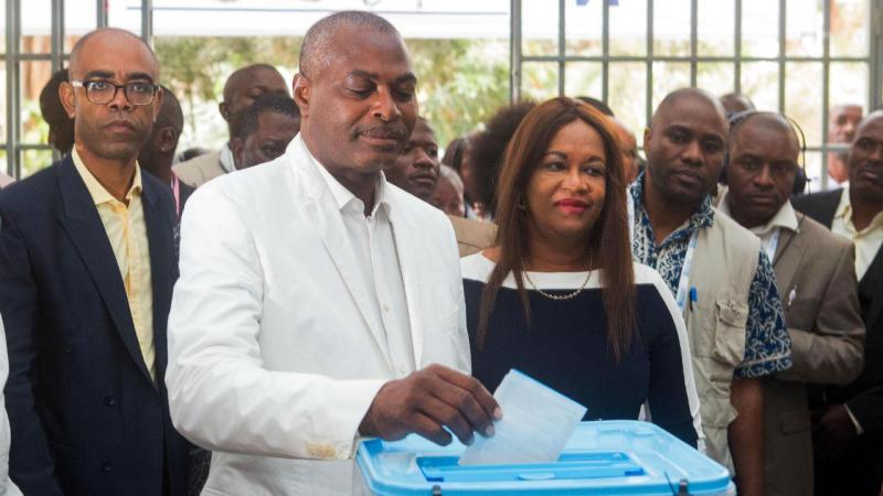 Abel Chivukuvuku vota nas eleições em Angola