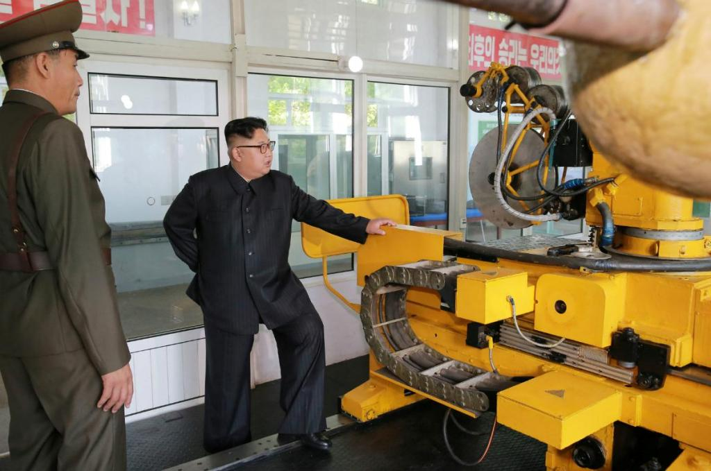 Kim Jong-un é visto a acompanhar o progresso do programa nuclear