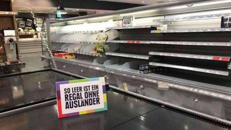Prateleiras de supermercado sem produtos
