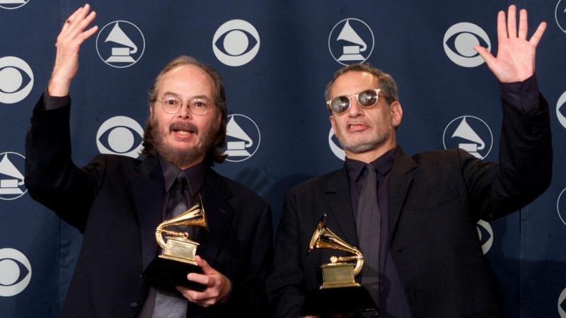 Walter Becker (esq.) e Donald Fagan dos Steely Dan a receber um Grammy