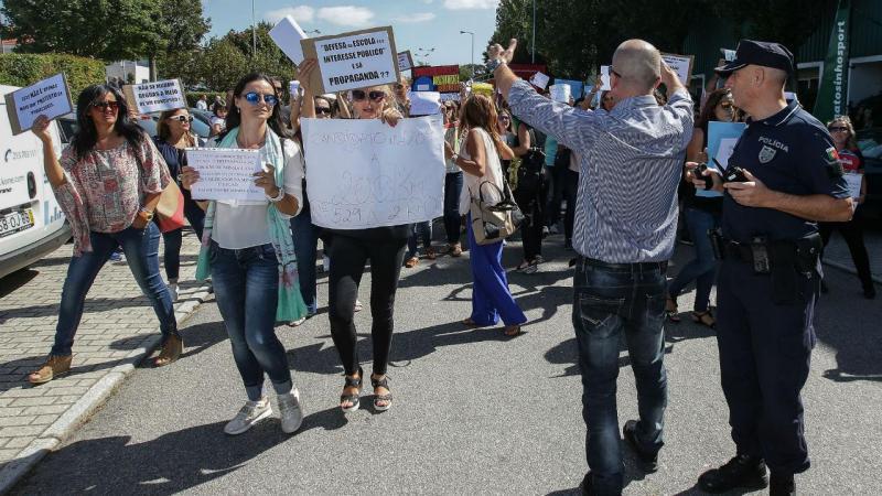 Grupo de professores protesta contra colocações