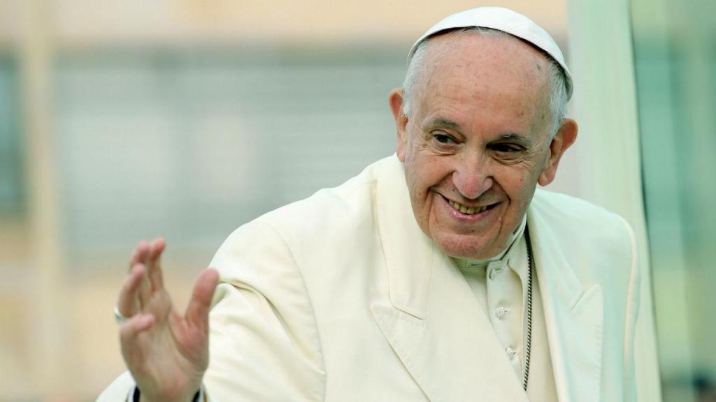 Papa Francisco a despedir-se das pessoas para visitar Cartagena na Colômbia