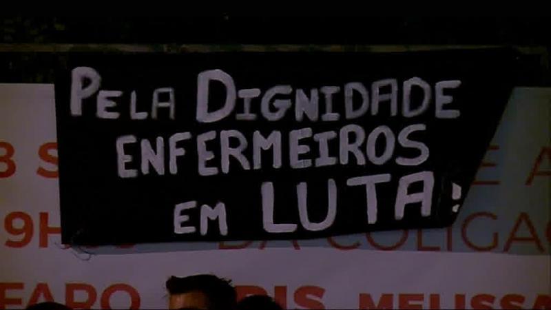 Enfermeiros colam cartazes na vedação do hospital de Faro