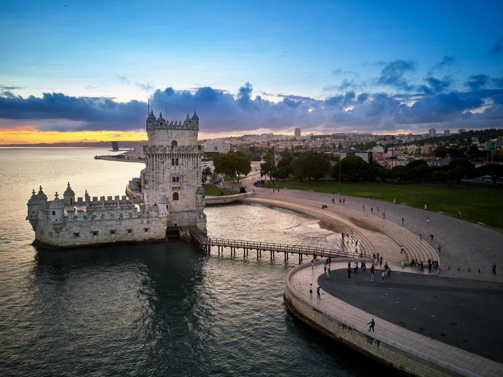 Torre de Belém: Este é um dos mais emblemáticos monumentos de Lisboa. Aproveite para apreciar os pormenores da beleza envolvente deste local com um passeio de bicicleta.