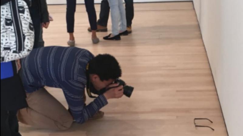Visitantes de museu confundem óculos com obra de arte, em São Francisco, nos Estados Unidos