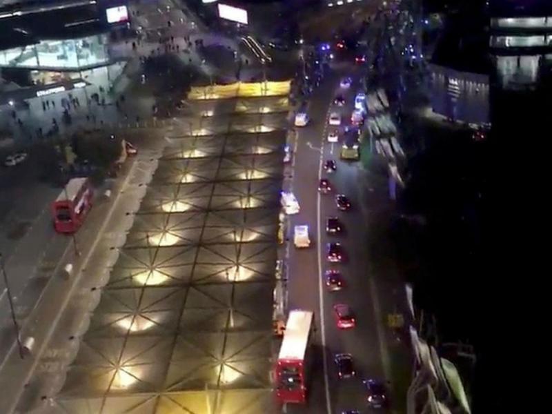 Carros da polícia e ambulâncias junto à estação de metro de Stratford, em Londres
