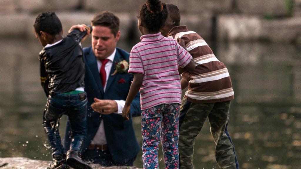 Clayton Cook saltou para lago e salvou criança, quando tirava as fotografias de casamento