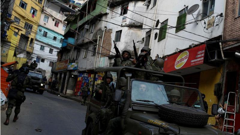 Favela da Rocinha no Brasil cercada por militares
