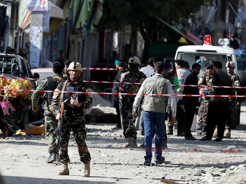 Forças de segurança em local de atentado junto à mesquita xiita de Hussainia, em Cabul, 29 de setembro 2017