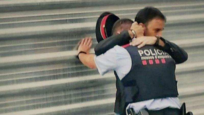 Civil abraça polícia da Catalunha