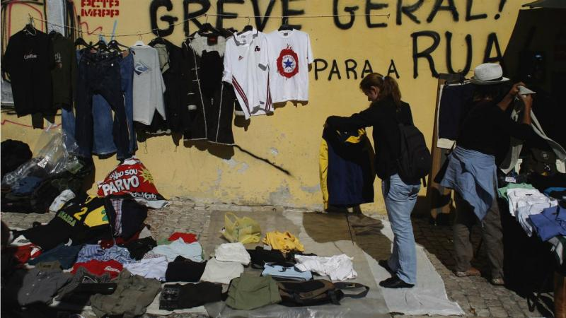 Feira - venda de roupa (arquivo)