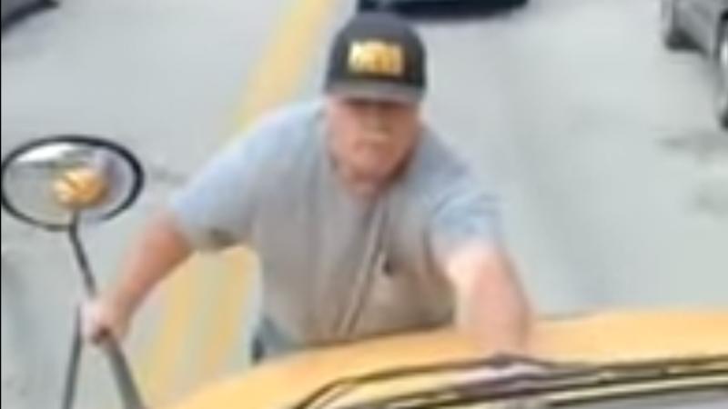 Homem agarra-se a autocarro escolar em movimento e é detido, nos Estados Unidos