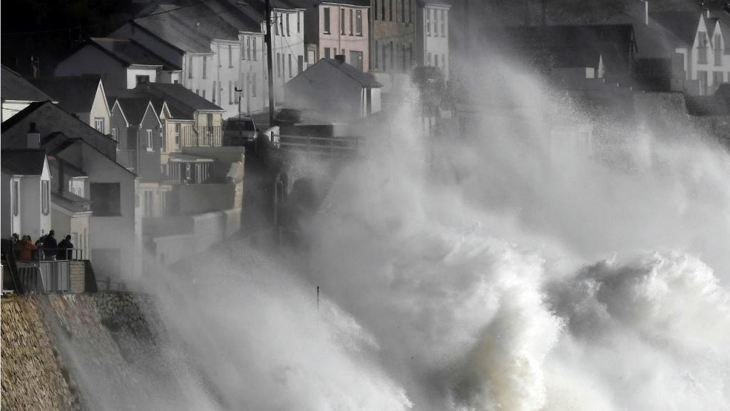 Mar alterado devido ao furacão Ophelia - Porthleven, Cornwall, Inglaterra