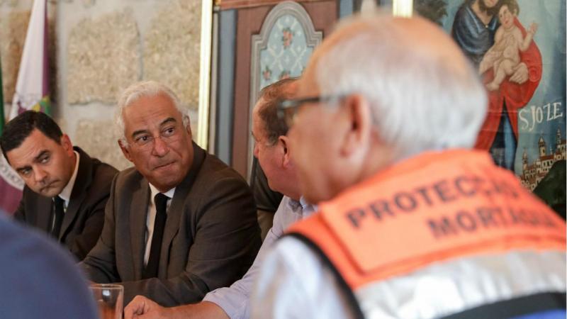 Primeiro-ministro, António Costa, e o ministro do Planeamento e Infraestruturas, Pedro Marques, durante a reunião com autarcas dos concelhos afetados pelos incêndios de 15 de outubro