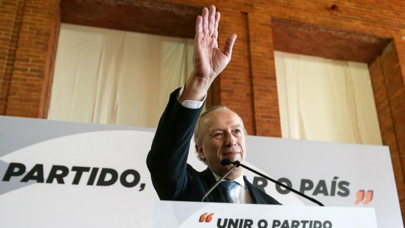 Santana Lopes afirma que está na corrida para clarificar partido e país