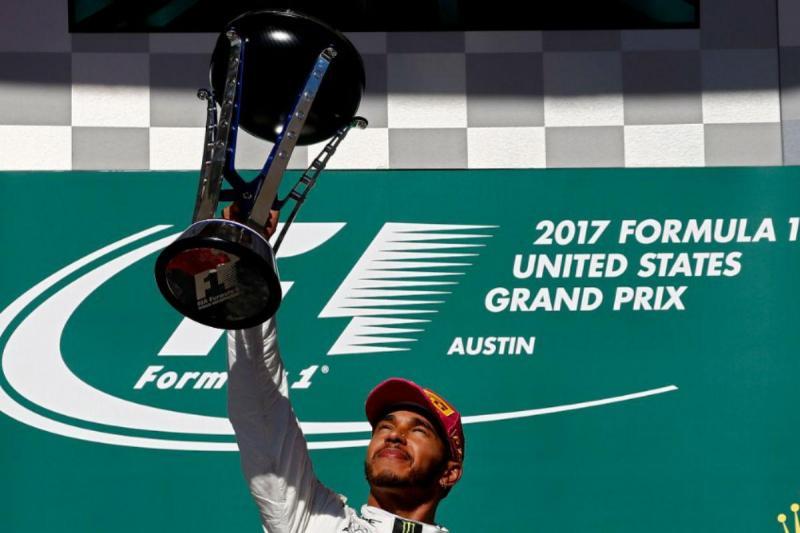 Hamilton com troféu do GP dos EUA