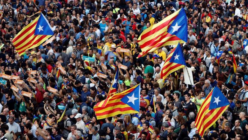 Nas ruas da Catalunha, houve festa após o parlamento declarar a independência