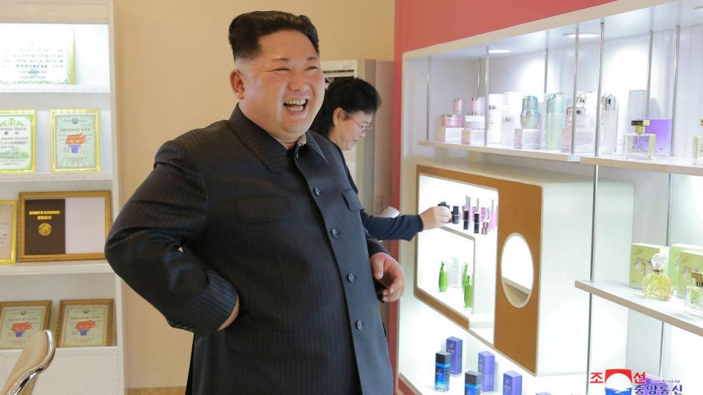 Kim Jong-un visita fábrica de cosméticos com mulher e irmã