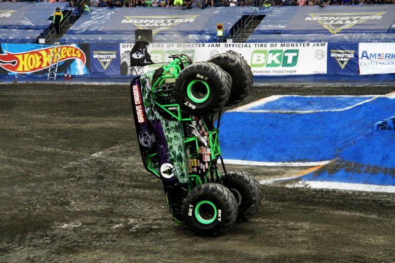 Este Monster Truck faz o pino melhor que nós