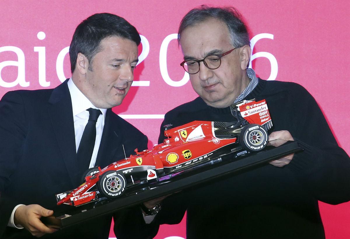 Matteo Renzi recebe um modelo Ferrari de Sergio Marchionne (Reuters)