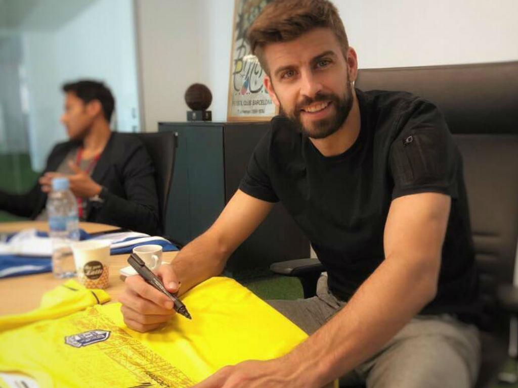 Gerard Piqué assina camisola do Vizela