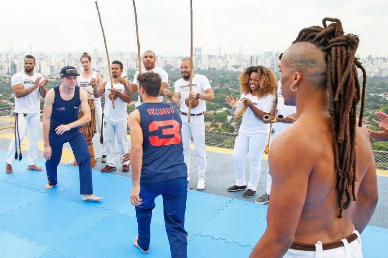 Verstappen e Ricciardo aprendem Capoeira (imagem RedBullRacing)