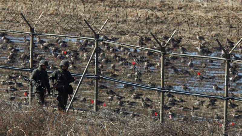 Dois militares sul-coreanos, na zona desmilitarizada, na fronteira com a Coreia do Norte