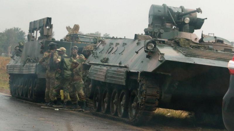 Veículos militares à saída de Harare, Zimbabué 14 de novembro de 2017