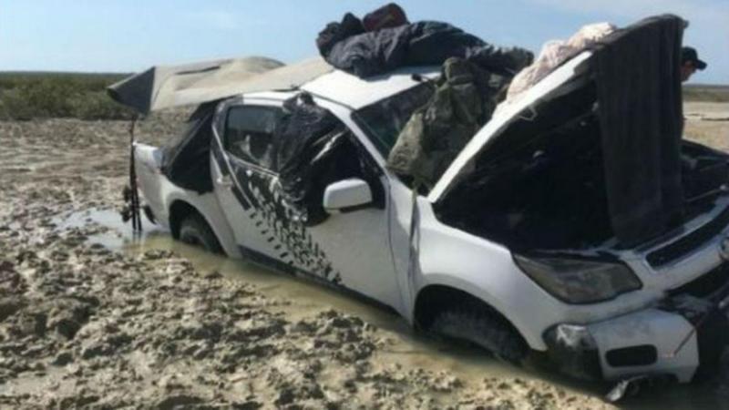 Homens permanecem no cimo do carro durante cinco dias para se protegerem da subida das marés e de crocodilos