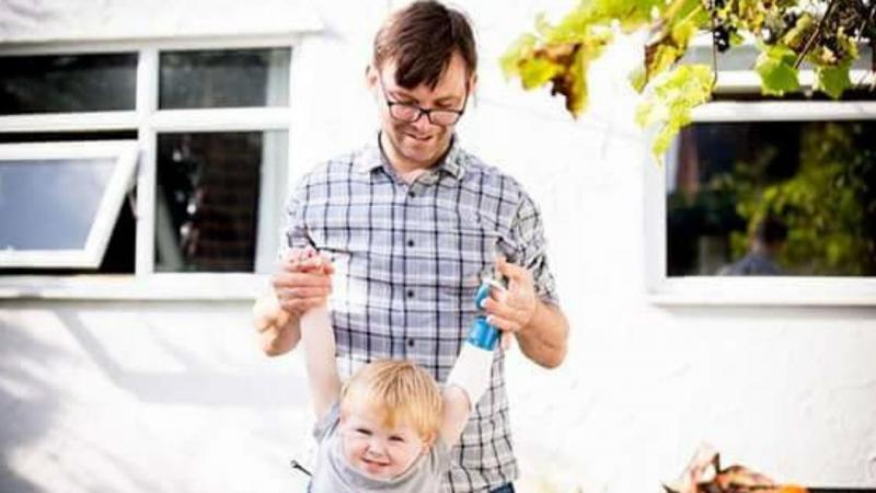 Pai constroi prótese de braço para o filho