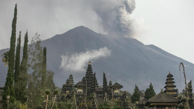 Vulcão Agung em erupção