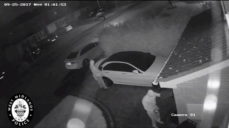 Ladrões assaltam Mercedes através de dispositivo inovador