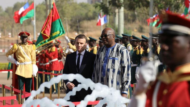 Presidente francês Emmanuel Macron com o homólogo do Burkina Faso, Roch Marc Christian Kabore