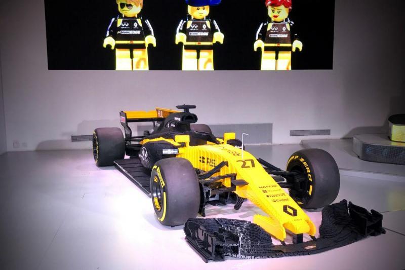 Monolugar da Renault versão Lego em exibição em Paris