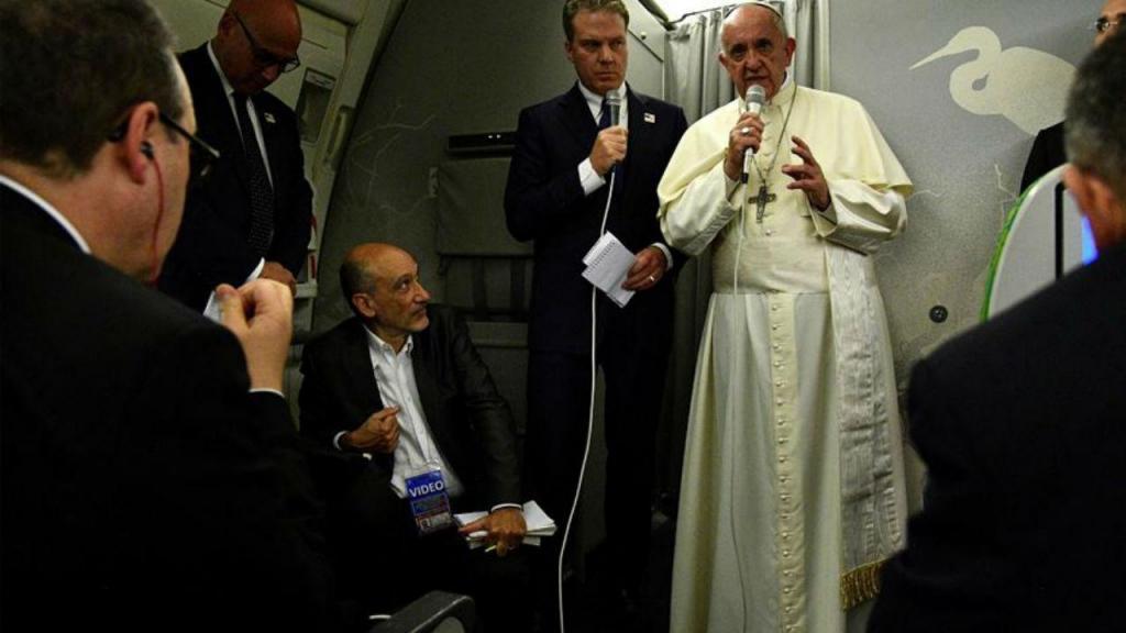 Papa Francisco no avião de regresso ao Vaticano