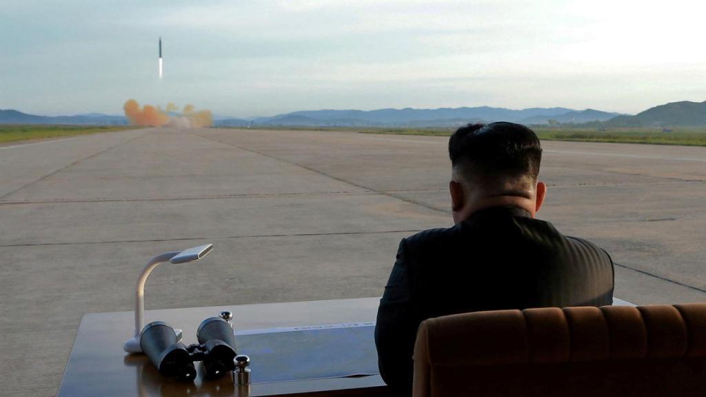 Kim Jong Un observa disparo de míssil