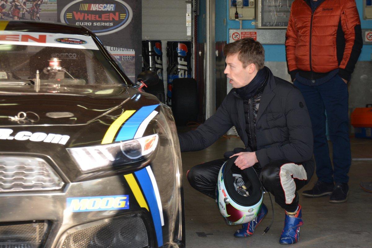 Daniil Kvyat ao volante de um Chevrolet V8