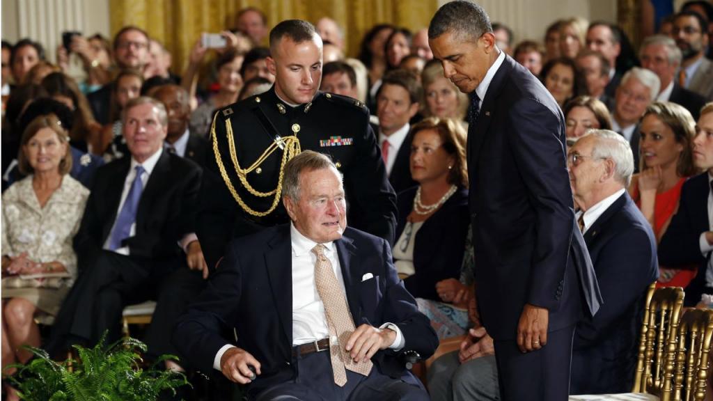2013 - George H. W. Bush com o então presidente Barack Obama