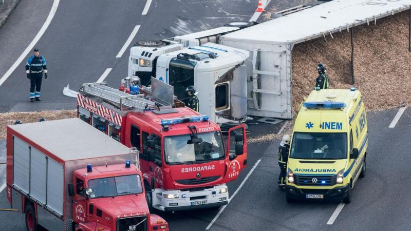 Camião tomba após curva de acesso à VCI