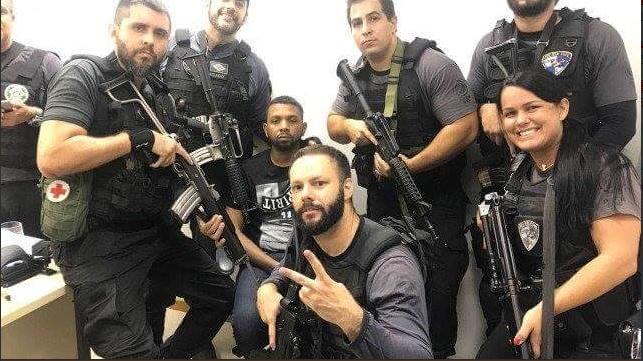 Polícia prende e tira selfie com traficante mais procurado do Rio de Janeiro
